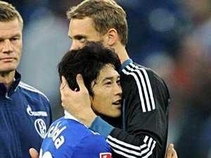 内田篤人とノイアーが抱き合う画像